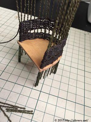 ミニチュア籐椅子の麻ひも編み込み