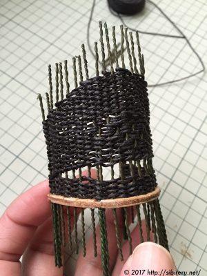 ミニチュア籐椅子の麻ひも編み込み途中